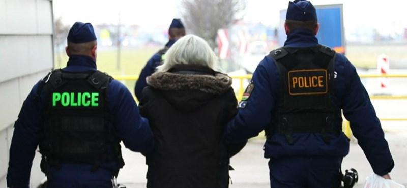 Így adták át a magyar rendőröknek az M5-ösön lövöldöző férfit – videó