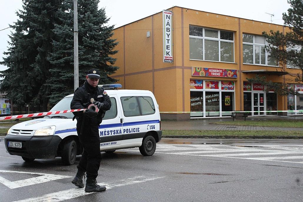 afp. Lövöldözés Csehországban 2015.02.24.Uhersky Brod,  Egy mentőautó érkezik a helyszínre a dél-morvaországi Uherské Hradiste város Druzba nevű vendéglőjénél 2015. február 24-én, ahol egy ismeretlen személy lövöldözni kezdett. A lövöld