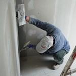 Feketén dolgozik az építőipari munkások fele