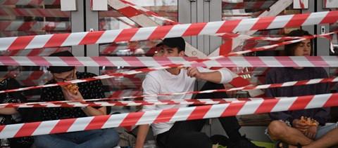 Nap hírei: barikád az SZFE előtt, iskolaőrök a sulikban és folyton változó járványhelyzet