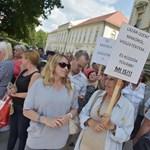 Tüntetők várták Lázárt a hódmezővásárhelyi közgyűlésben - videó