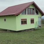 Forgó házat épített családjának egy boszniai férfi, így mindig másmilyen a kilátás