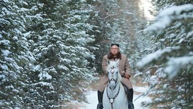 Kim Dzsong Un lóra pattant és egy hegy tetejéig ügetett, hogy elmélkedjen – fotók