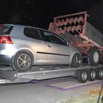 Trágyaszóróval a trélerén kaptak el az M0-son egy román kisbuszost