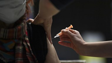 Részben felfüggesztették Madridban az oltásokat, mert nincs elég vakcina