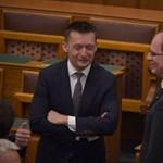 Fotó: így kvaterkázik a bírságkirály NVB-elnök Rogánnal a parlamentben