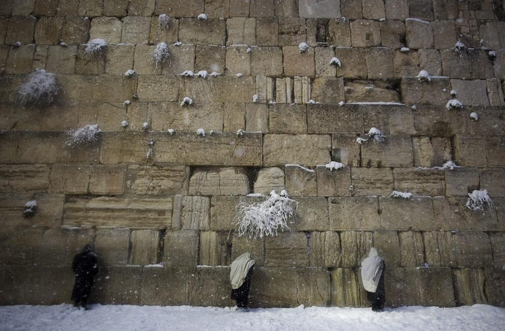 epa.15.02.20. - Jeruzsálem, Izrael: ultraortodox zsidók imája a Siratófalnál - havazás Jeruzsálemben - hóesés, hó, 7képei