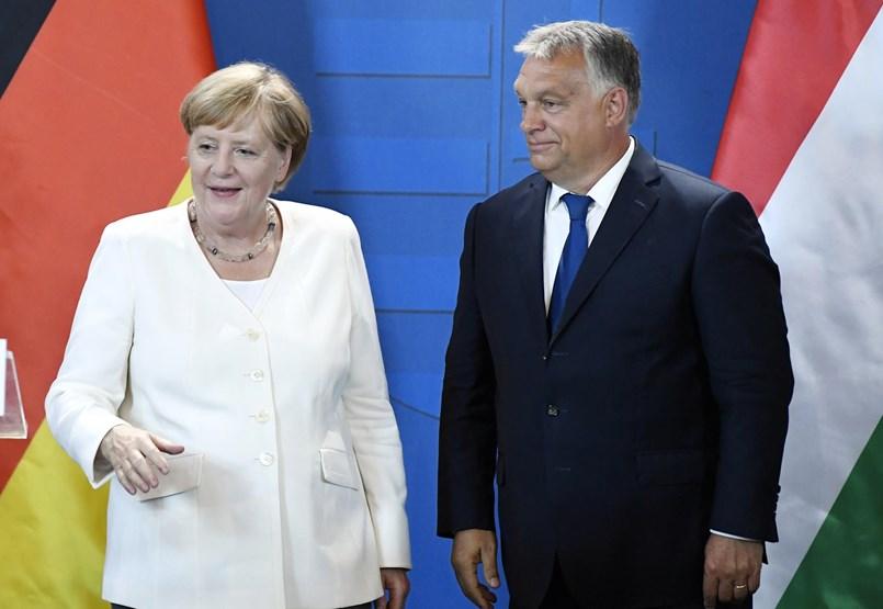 Magyar népmese, amelyben a kis Angela mélyen meghajol Viktor király előtt
