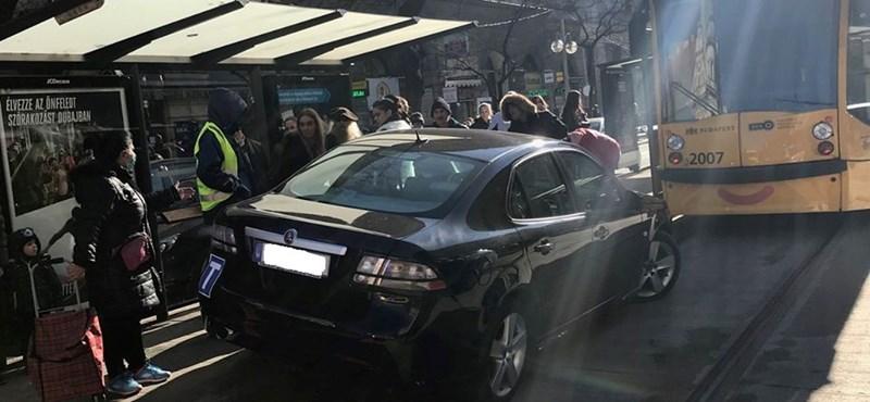 Bezúzott egy Saab a 4-6-os megállójába a Király utcánál