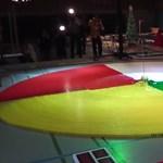 Amikor ötvenezer dominó közé dobnak bombát - videó