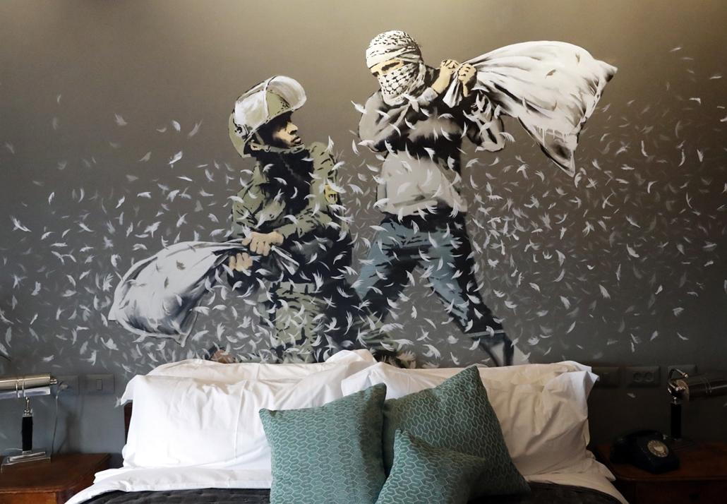 afp.17.03.03. - Betlehem, Palesztin terület: Bansky illusztrációi a The Walled Off Hotel falain