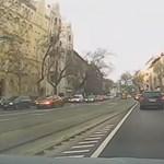 Ilyen csatákat vívnak mindennap az autósok és a pesti buszsofőrök – videó