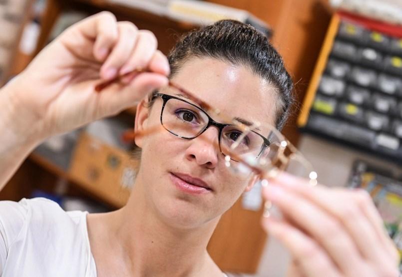 A pesti optikusdinasztia tagjai már messziről felismerik a szemüveggyilkosokat