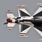 Összeolvadó vadászgépek egy romániai légibemutatón - fotók