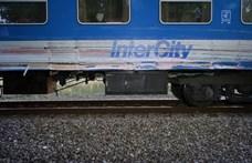 Intercityvel ütközött egy autó Ikrényben, egy ember meghalt