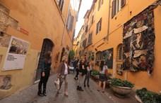 Magyar művészek képei lógtak egy római utca falain