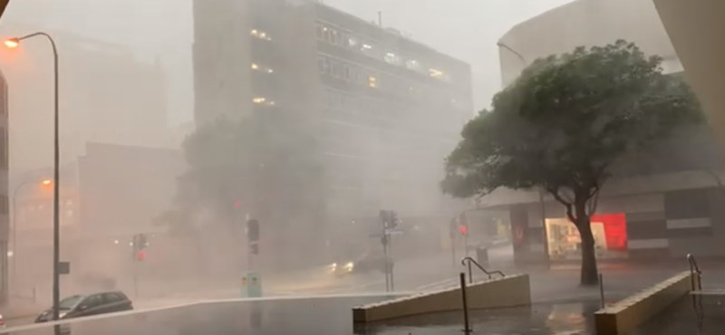 A viharos esőzés és orkán erejű szél is gondot okoz Ausztráliában
