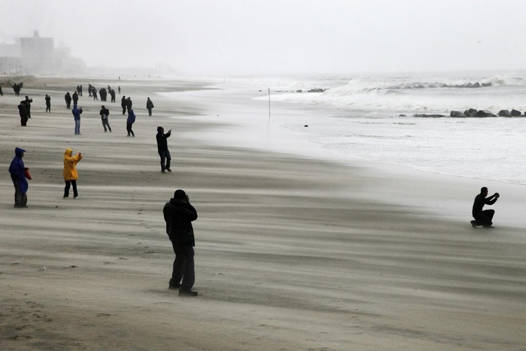Brooklyn: emberek nézelődnek Coney Island Beach partjainál  - Sandy hurrikán