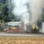 Kigyulladt a NASCAR-nagymenő egyik autóbusza