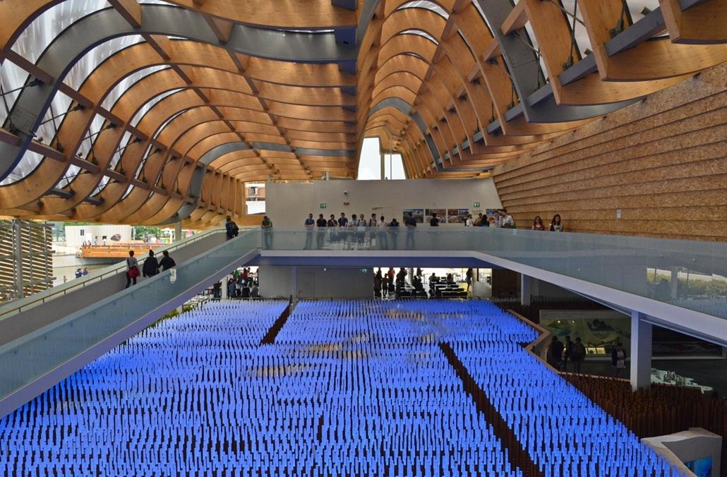 kka.15.05.0y. - Milánó, Olaszország: Világkiállítás - A kínaiak meghökkentő szerkezetű,  nyersfából ácsolt pavilonnal kápráztatják el a látogatót.