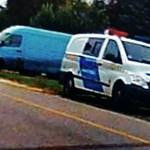Merész: traffipaxoló rendőrök előtt parkoltak le a kerékpársávra