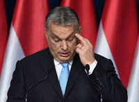 Fapadoson utazott, gurulós poggyásszal vegyült Orbán Viktor – fotó