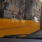 Félelmetesen dülöngél a 4-es, 6-os villamos a Mester utcánál – videó