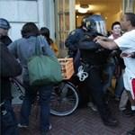 Képek: összecsaptak a rendőrökkel a kaliforniai diákok
