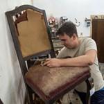 A tűzifának szánt szakadt bútor is új életre kel a csepeli antikosnál