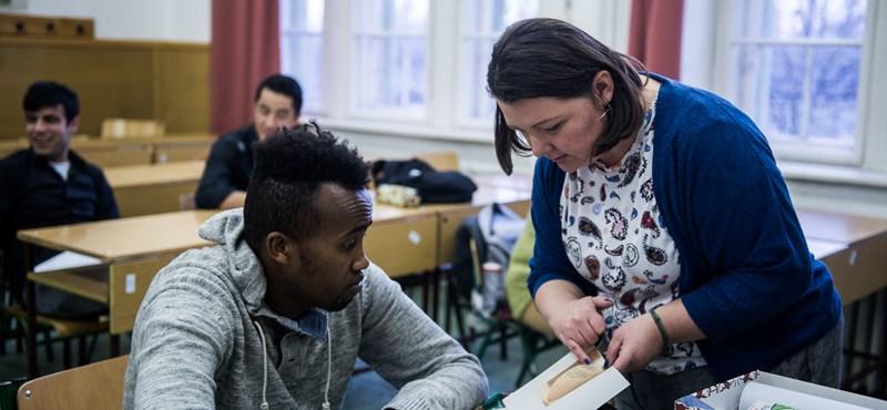 Iskola a kerítésen innen: csikorog a menekültek integrációja