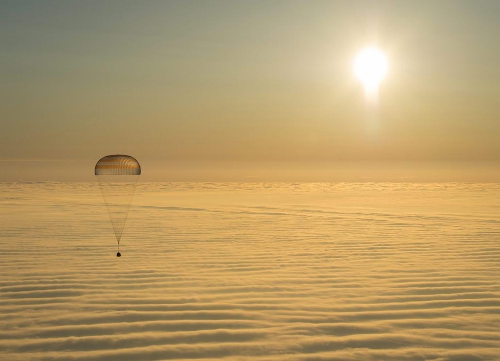 AP!!! 15. március 20-ig! Űrhajósok visszatérése a Földre 2015.03.12. Dzsezkazgan, A NASA által közreadott felvételen a Szojuz TMA-14M orosz űrhajó ejtőernyővel fékezett leszállóegysége földet ér a kazahsztáni Dzsezkazgan várostól délkeletre 2015. március