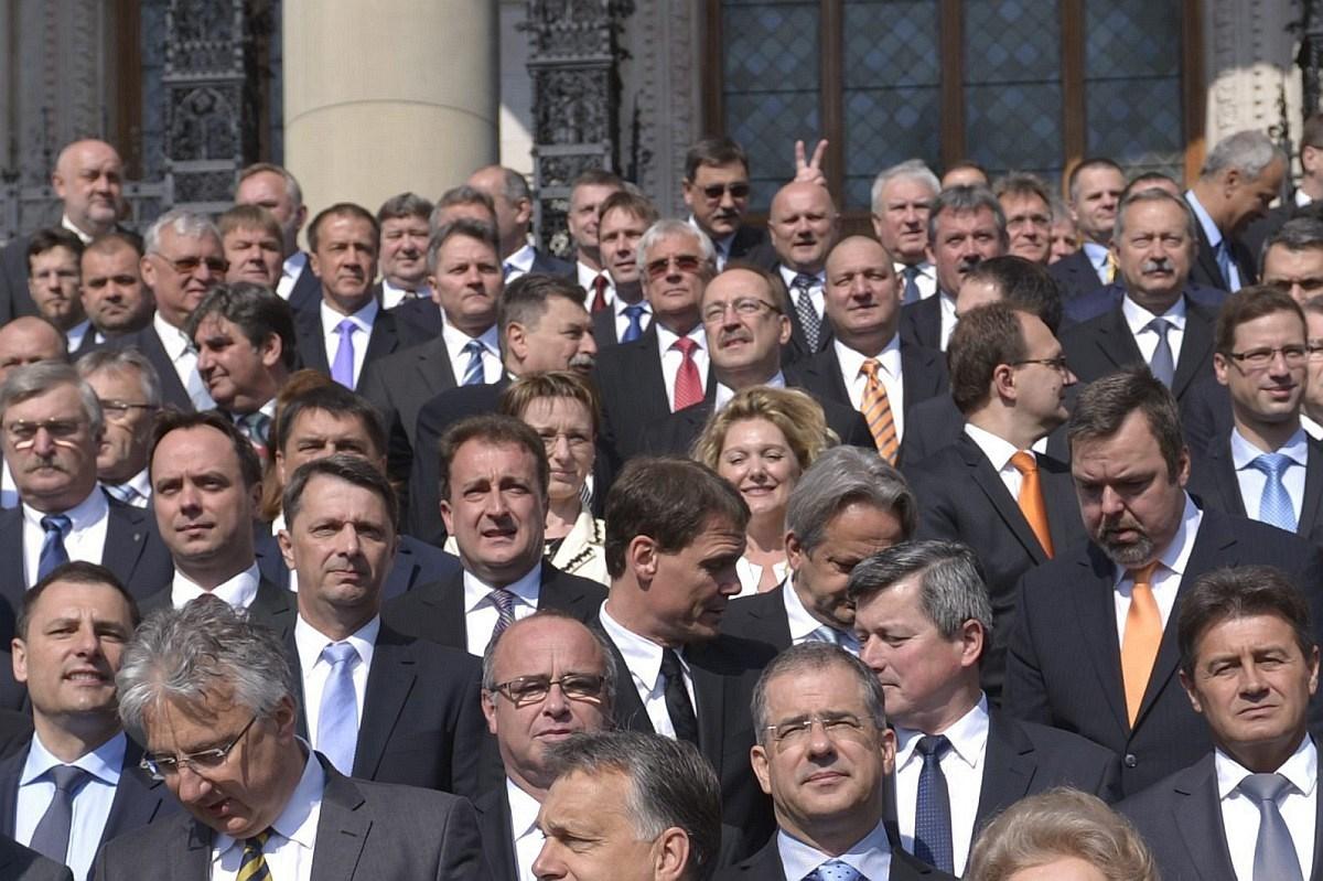 Fotó: szamárfület mutatnak egymásnak a Fideszesek