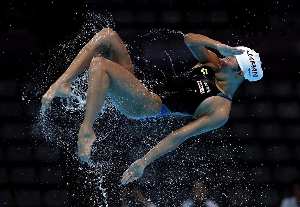 mti. 15. FINA Vizes Sportok Világbajnokság Barcelonában - A japán műúszó csapat egyik tagja a levegőben gyakorlás közben egy nappal a barcelonai 15. FINA Vizes Sportok Világbajnokság előtt