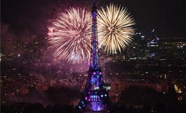 Forradalmi hangulatban ünnepelte Párizs a dicsőség napját