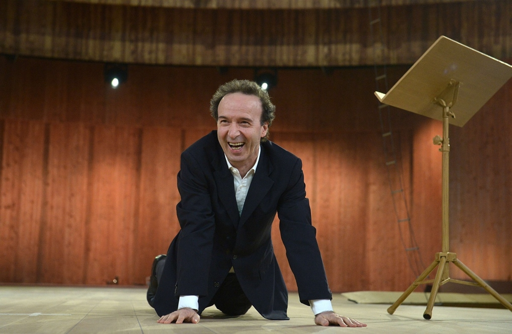 afp. hét képei - Róma, Olazsország, 2014.12.11. Italian actor and director Roberto Benigni poses during a photocall of the TV show I Dieci Comandamenti (The Ten Commandments), on December 11, 2014 at the Cinecitta theatre in Rome.