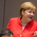 Kínos videó: levegőnek nézte Orbánt Merkel és Macron
