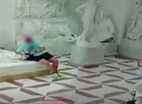Letörte egy szobor lábujjait a rátehénkedő turista Olaszországban – videó