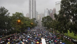 A kínai hadsereg figyelő tekintete előtt tüntetnek Hongkongban