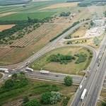 Komoly: kamion és erdő is ég az M5-ösön