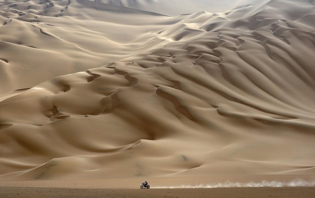 2012. január 12. - Dakar Rally: magányos motoros az Arica és Arequipa közti szakaszon a verseny tizenegyedik szakaszán. évsportképei