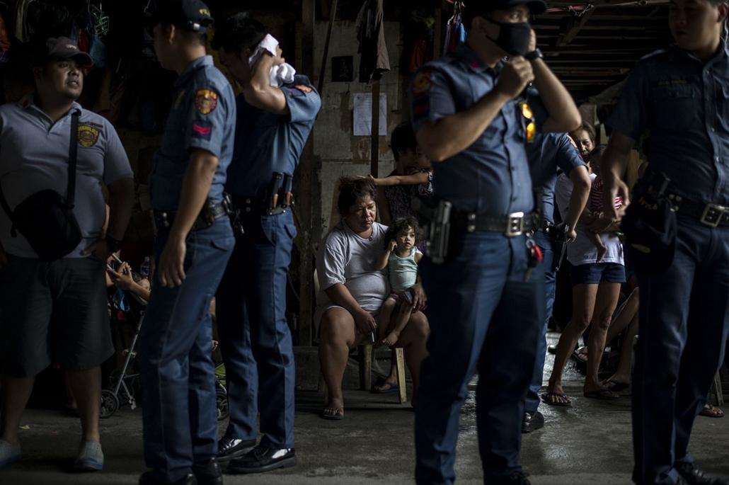afp.16.10.06. Lakosok egy rendőri házkutatás során.