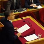 Újra fotózhatják Orbán jegyzeteit a parlamentben