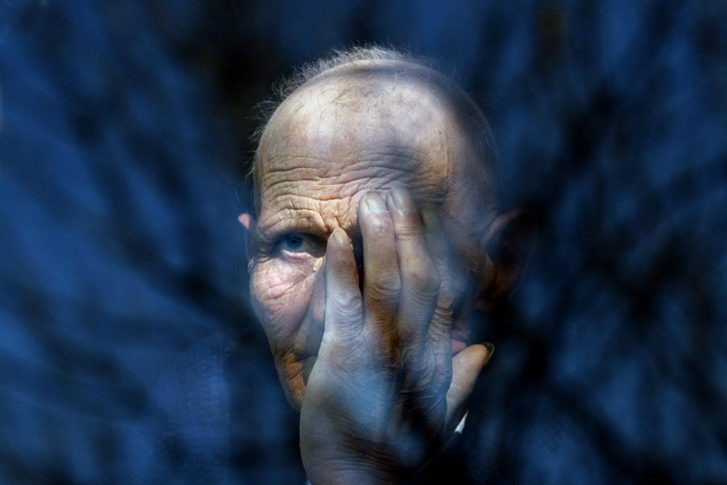 Társadalomábrázolás - dokumentarista fotográfia (egyedi) I. díj: Székelyhidi Balázs (Magyar Nemzet): Rabszolga. Roma család tartotta három évig rabszolgasorban Újkígyóson a 69 esztendős Feri bácsit, akit veje negyvenezer forintért adott el.