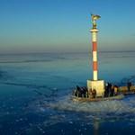 Fentről is gyönyörű a befagyott Balaton - videó