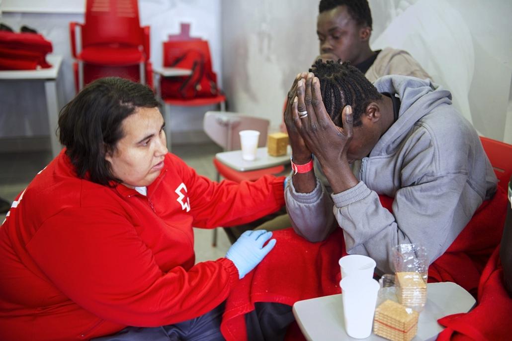 afp. hajóval érkező menekültek, migránsok, - 2013.04.17. Tarifa, Spanyolország, A Spanish Red Cross volunteer comforts a would-be immigrant after he heard of the death of one of his companions, at Tarifa's harbour on April 17, 2013. Spanish rescuers inter