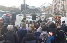 Félpályás útlezárással tiltakoztak a NAT ellen a Széll Kálmán téren – videó