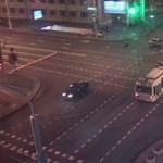 Nyílegyenesen ment le az autó a metrólépcsőn, miután karambolozott – videó
