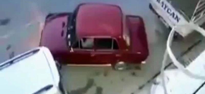 Nehezen megy a párhuzamos parkolás? Akkor csaljunk egy kicsit – videó