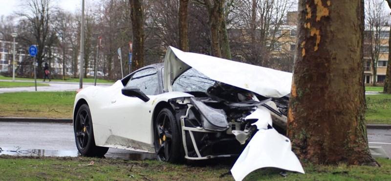 Túlvállalhatta magát a sofőr, fának csattant a Ferrari 458 Italia