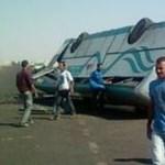 Egyiptomi buszbaleset: elkerítik a repülőtér érkezési szintjét